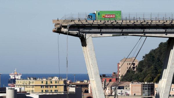 Itálie hledá viníka: Vláda útočí na správce silnic i rodinu Benettonů, nákladné opravy mostu ale dříve zpochybnilo i Hnutí pěti hvězd