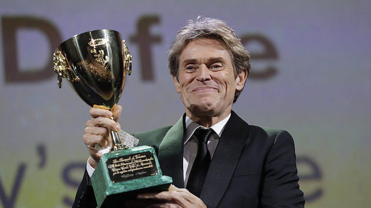 Oceněný nejlepší herec Willem Defoe.