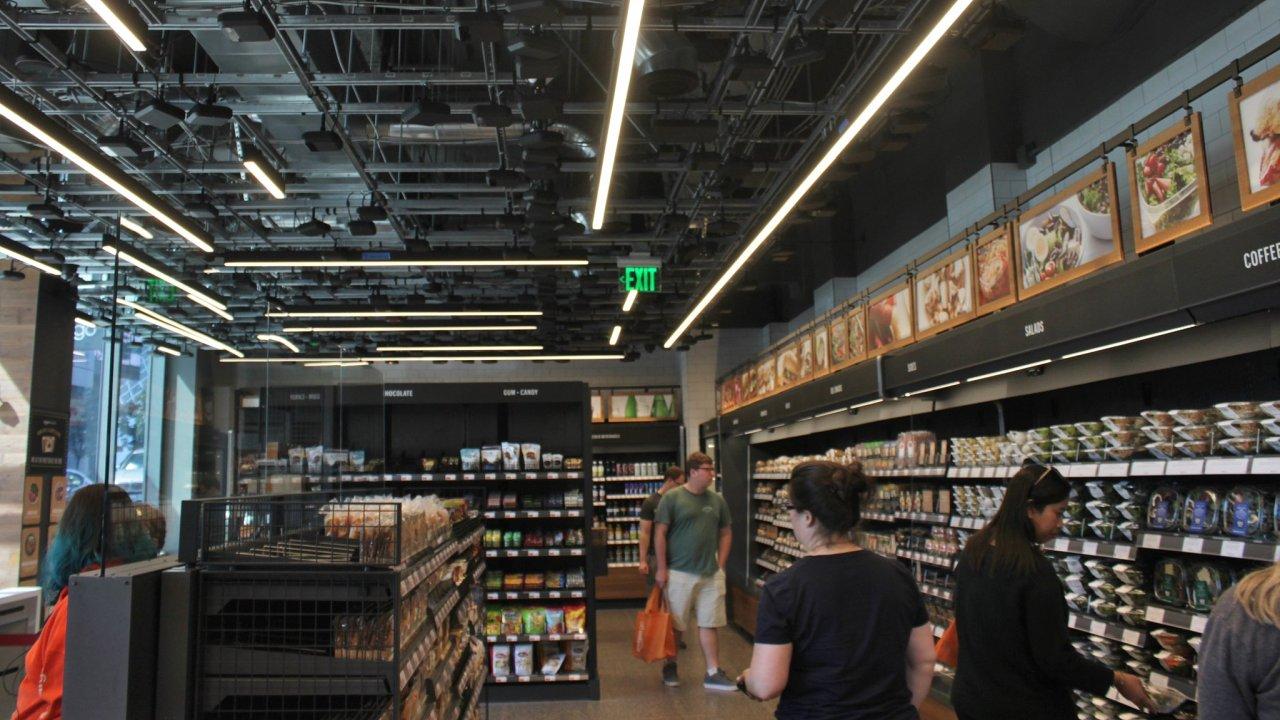Na zákazníky chytrých obchodů dohlíží síť kamer i snímače hmotnosti. Na snímku prodejna Amazon Go.