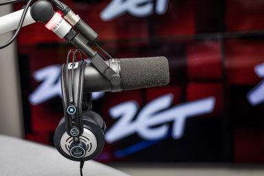 Radio Zet, kombinující hudební a zpravodajské pořady, zatím silně kritizuje současnou vládu. Hrozí jí však maďarský scénář - může ji koupit provládní skupina a její obsah radikálně změnit.