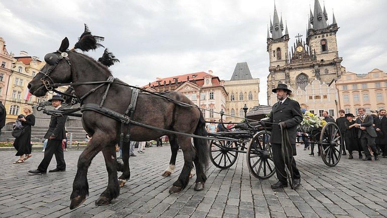 Smuteční pochod k uctění památky Jiřího Stránského.