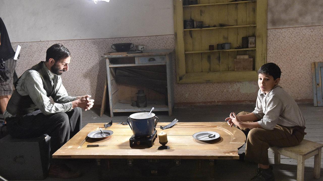 Z natáčení filmu Nabarvené ptáče. Hlavní roli v něm hraje Petr Kotlár (vpravo).