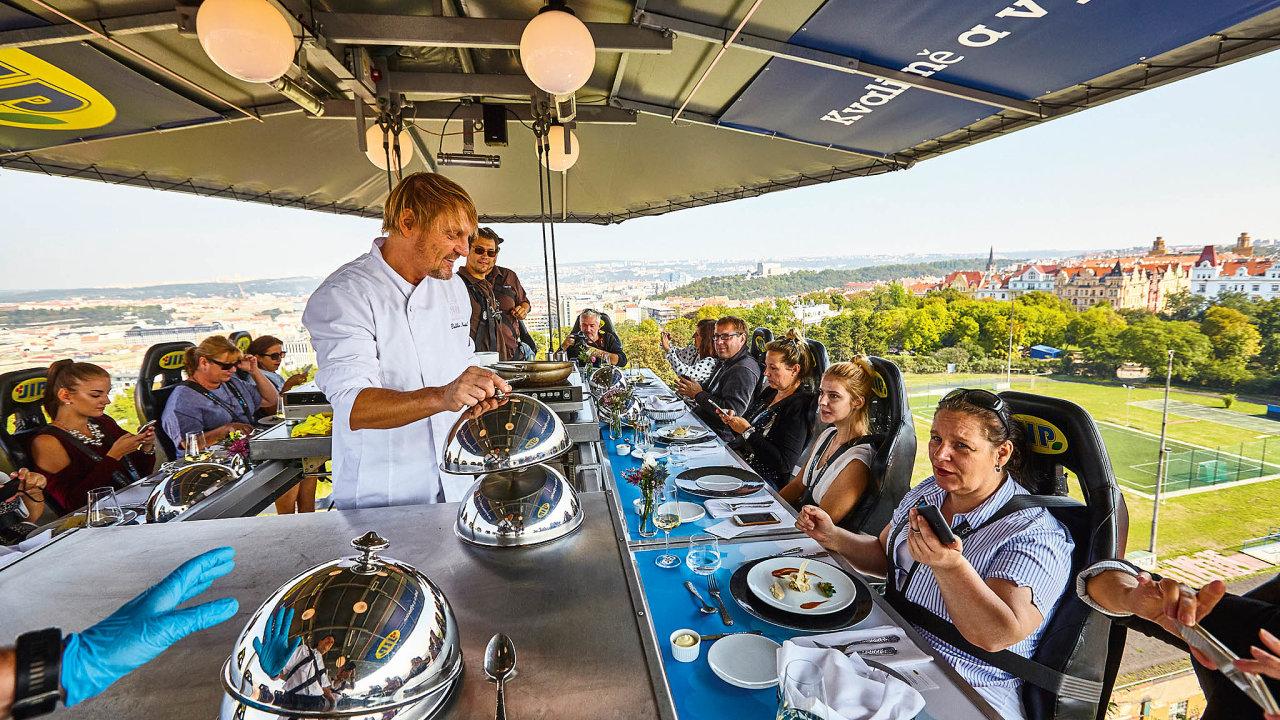 Akce Večeře voblacích, nebo také Dinner in the Sky tentokrát opanuje Riegrovy sady naVinohradech potři víkendy (první bude od5. do8. září).
