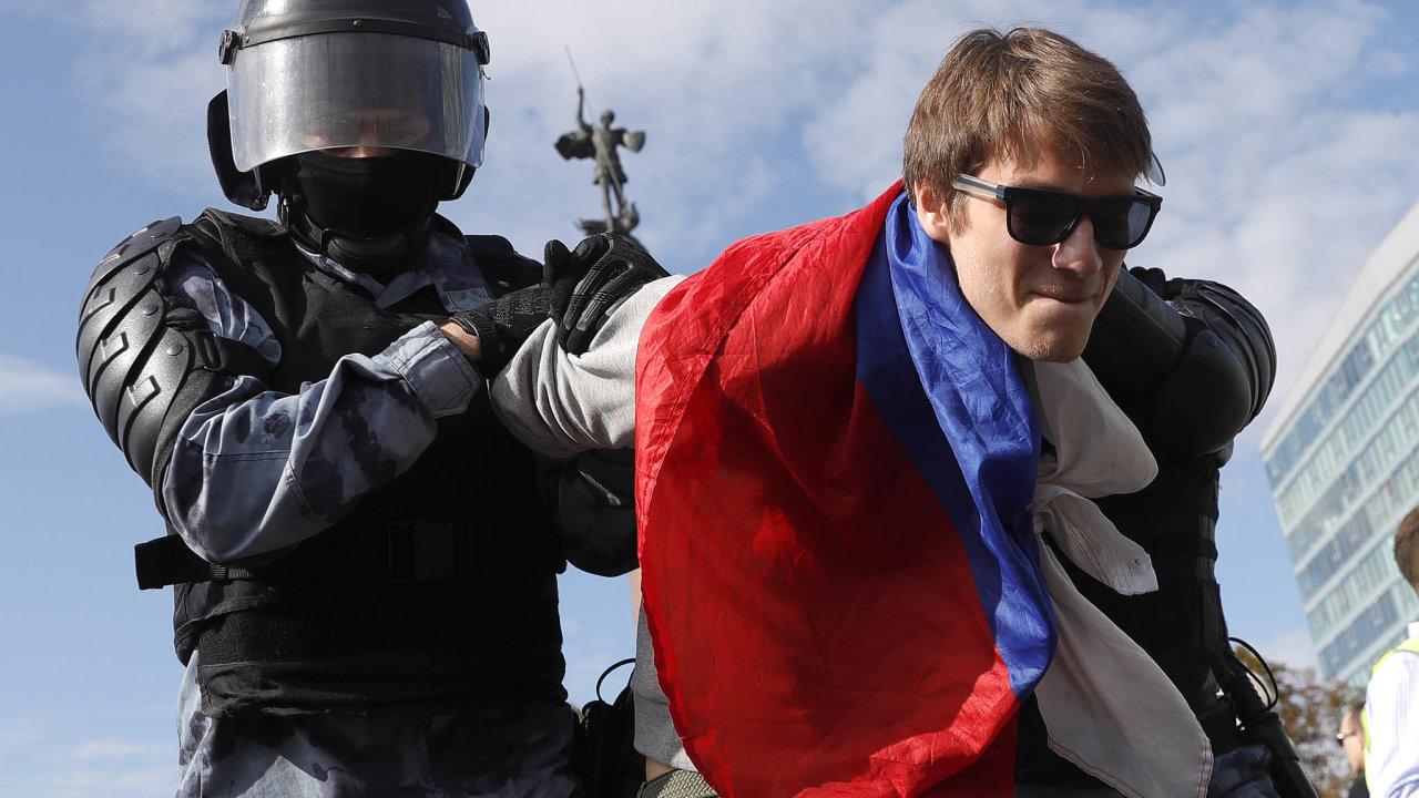 Při sobotních demonstracích v centru Moskvy bylo podle serveru OVD‑Info specializovaného na policejní zákroky zadrženo 828 lidí.