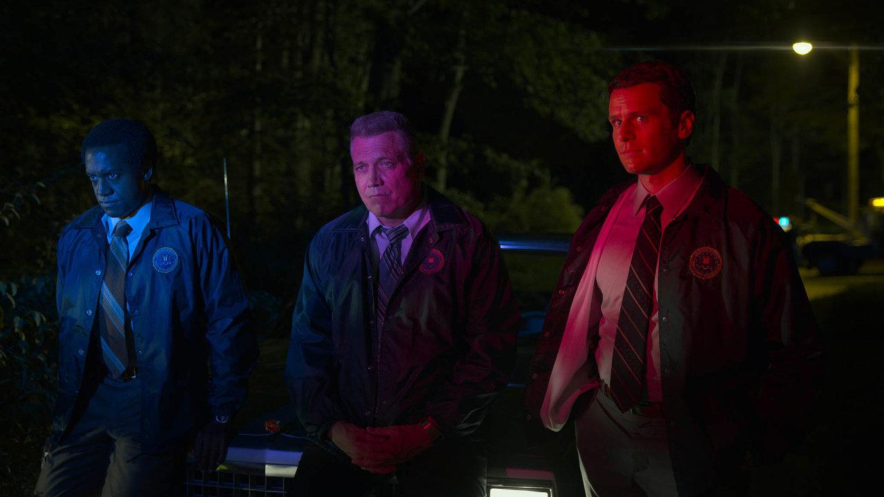Agenti Holden Ford (vpravo) aBill Tench (uprostřed) se vdruhé řadě seriálu Mindhunter vydávají zúročit své teoretické znalosti psychiky sériových vrahů doterénu.