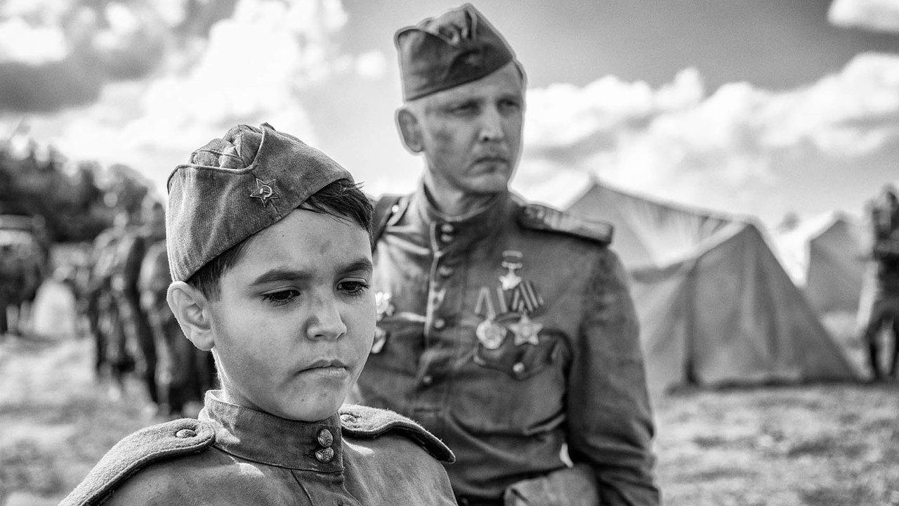 Bezejmenné dítě, které zadruhé světové války putuje blíže neupřesněným krajem vevýchodní Evropě, ztvárnil Petr Kotlár. Barry Pepper (vpravo) hraje ostřelovače.