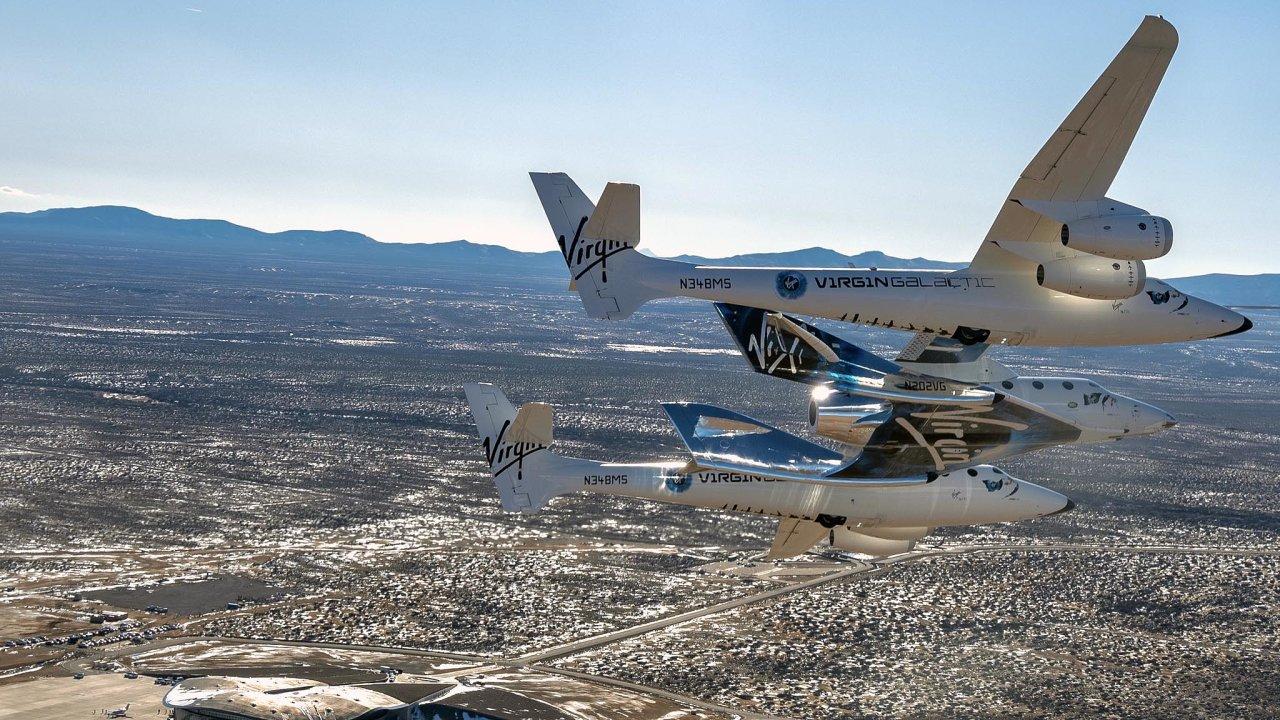 Bransonův raketoplán VSS Unity přilétá do Nového Mexika.