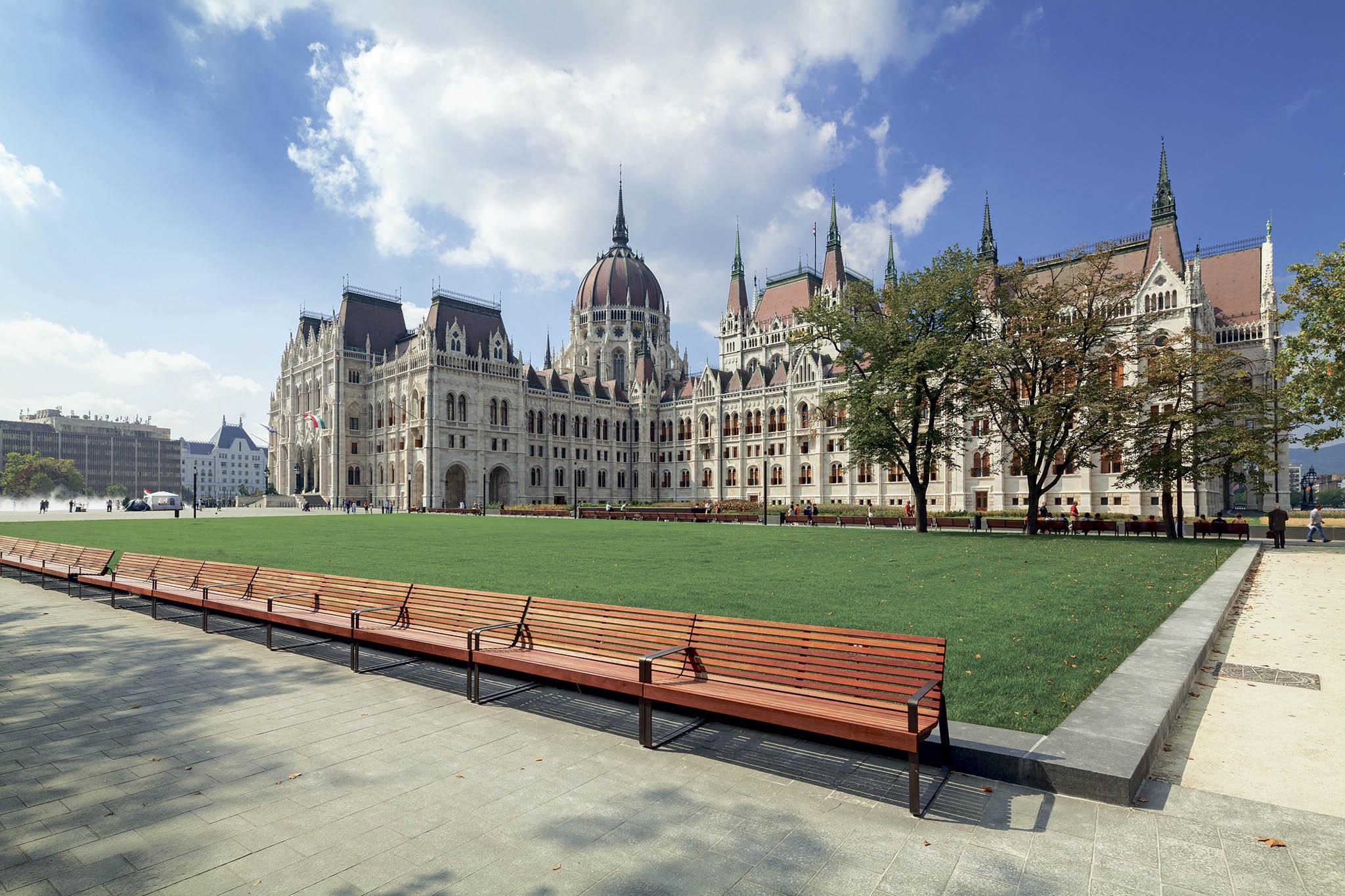 Městský mobiliář nakupují odmmcité radnice pocelém světě. České lavičky stojí také třeba před maďarským parlamentem vBudapešti.