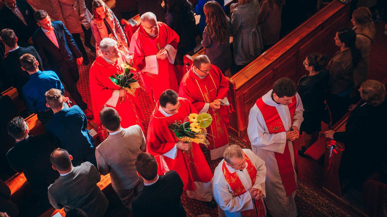 V parlamentu se objevila řada nových istarých politiků zastávajících konzervativní postoje blízké katolické nebo jiné křesťanské církvi. Na snímku jedno z procesí na Slovensku.