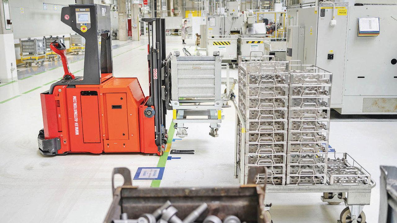 Robotický vozík přiváží díly dovýroby vevrchlabském závodu Škoda Auto.