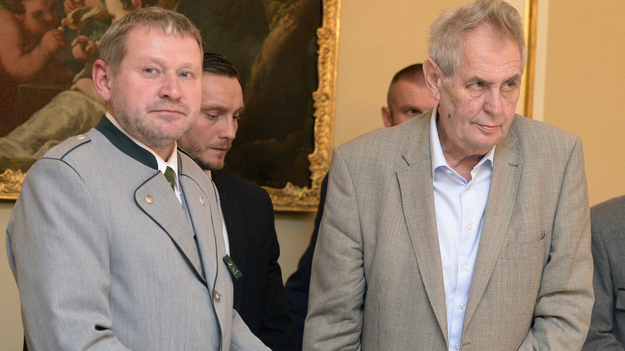Balákovy náhody: Přestože je šéf Lesní správy Lány stíhaný, dále podepisuje smlouvy namilionové tendry. Na snímku sprezidentem Milošem Zemanem.