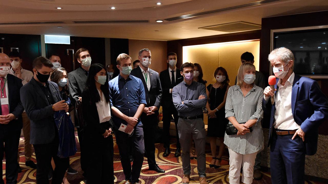 Setkání skrajany: Předseda Senátu Miloš Vystrčil (vpravo) hovoří 1.září2020 vTchaj-peji při setkání skrajany žijícími naTchaj-wanu.