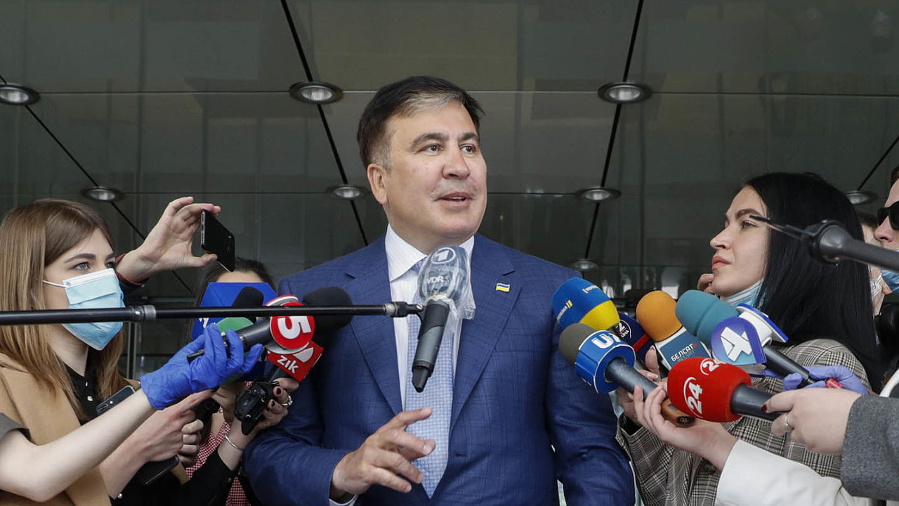 Bývalý prezident Michail Saakašvili byl doma předloni odsouzen zazneužití pravomoci natři ašest let, to už pět let pobýval vzahraničí.