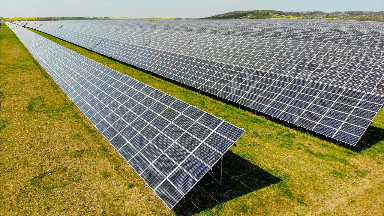 Příliš vysokým dotacím pro některé velké sluneční elektrárny pak chce profesní komora zamezit solární daní.