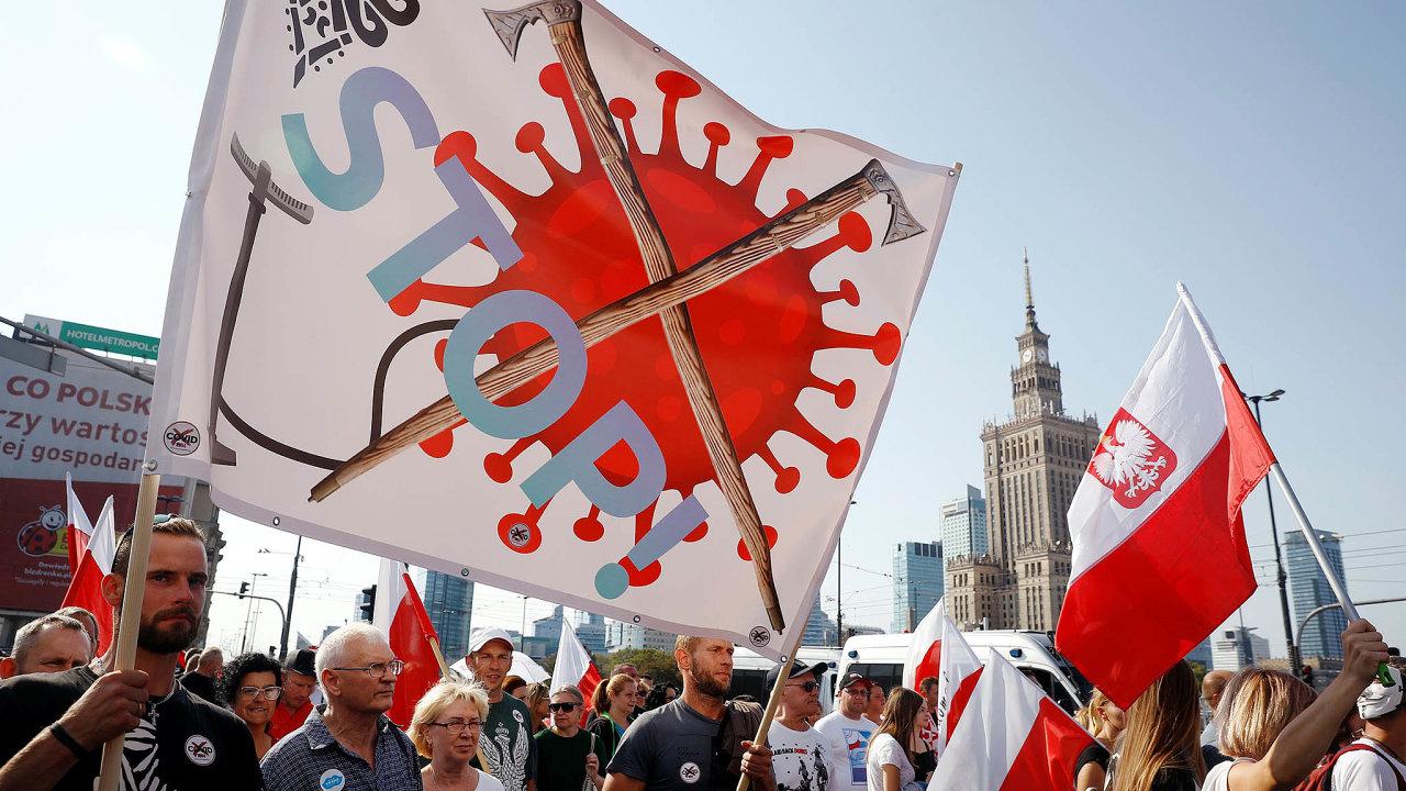 Nepokoje při nákaze: Protivládní demonstrace kvůli koronavirové krizi se nevyhnuly ani Polsku. Vříjnu tak protestovali lidé veVaršavě.
