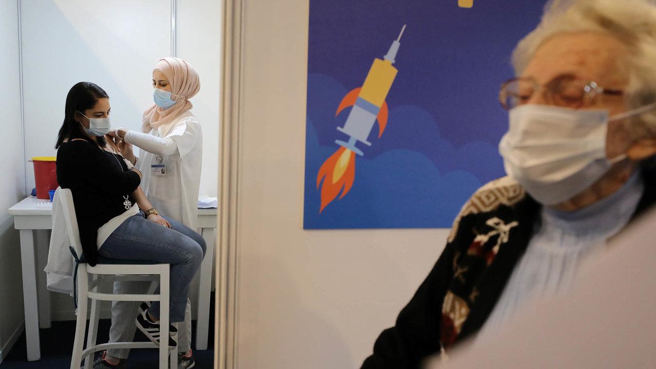 Zdravotní pojišťovny vIzraeli zřizují velká očkovací centra. Nejprve se vnich očkoval zdravotnický personál alidé starší 60 let. Nasnímku jedno ztakových center naRabinově náměstí vTel Avivu.