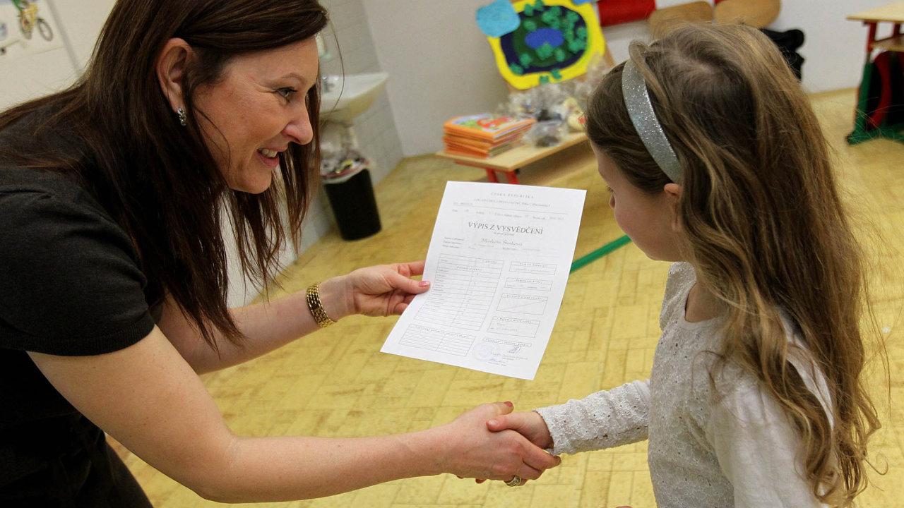 Každý rok tisíce učitelů v Česku po předání vysvědčení žákům a konci školního roku míří na úřad práce.