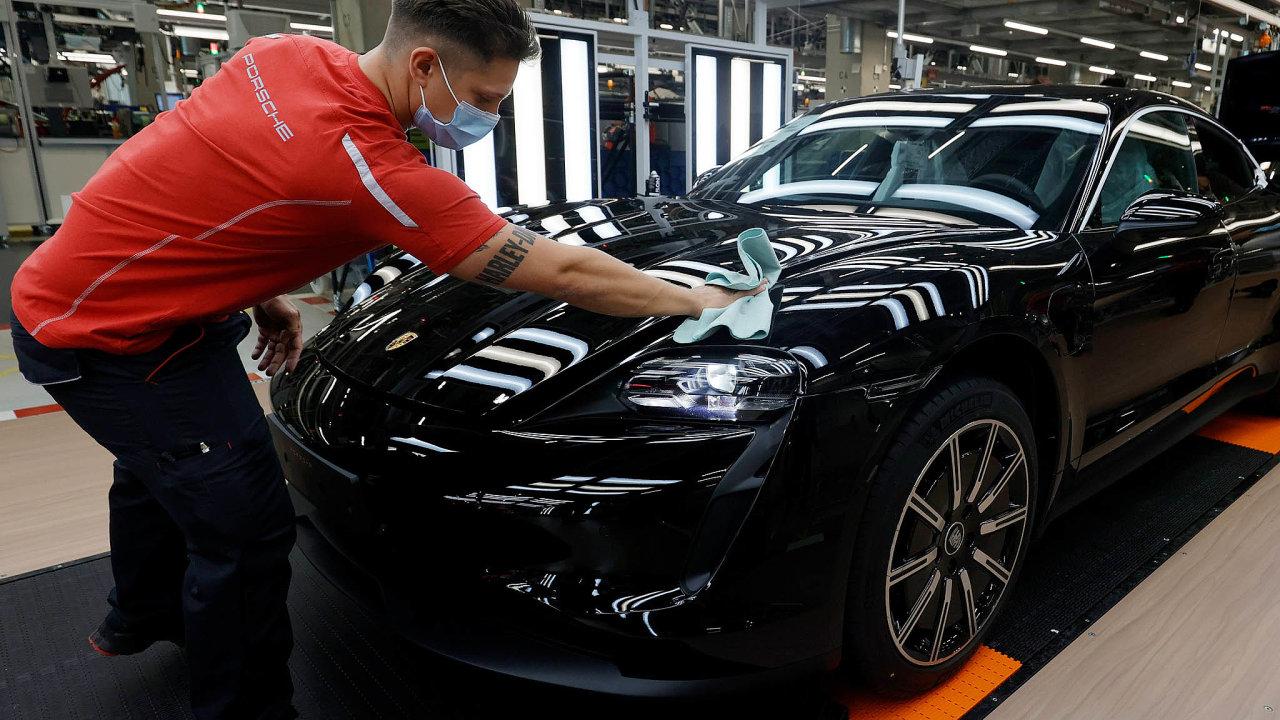 Výroba elektromobilu Porsche Taycan veStuttgartu.