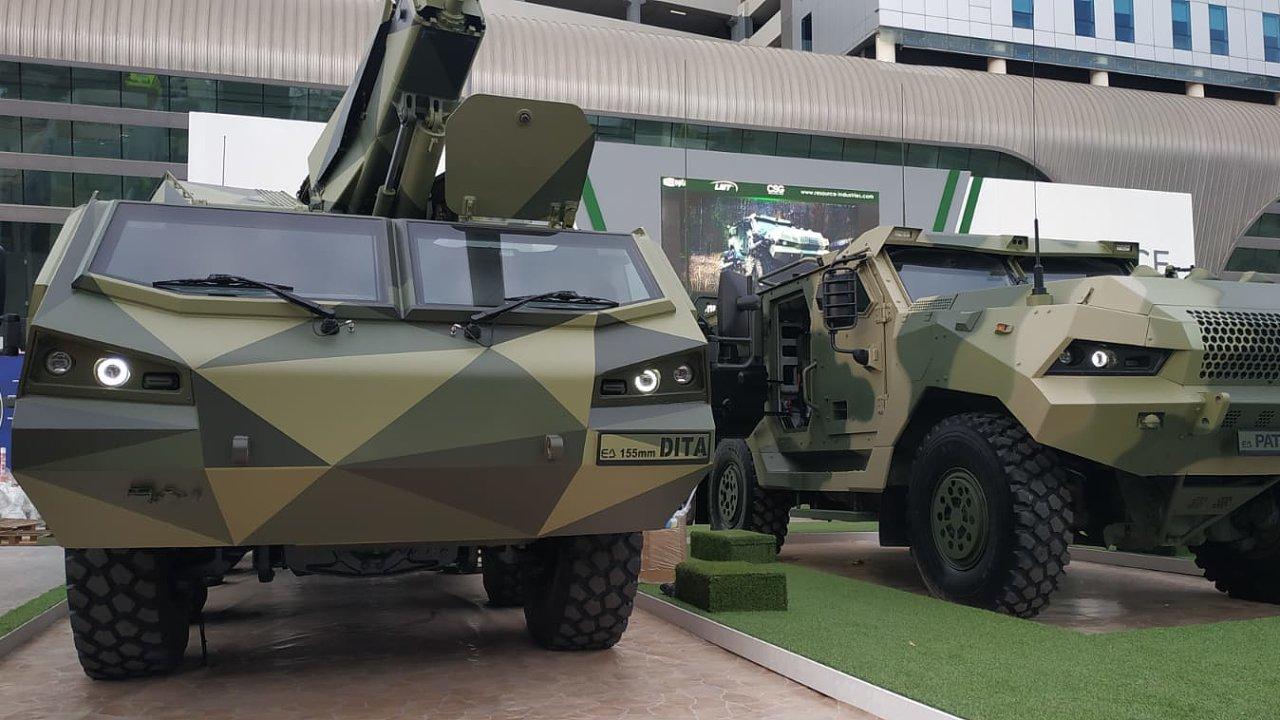 Houfnice Dita a obrněnec Patriot firmy Excalibur Army ze skupiny Czechoslovak Group na výstavě IDEX 2021 v Abú Dhabí.