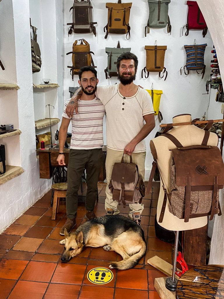 Lukáš Matějček (vpravo) a kolumbijský řemeslník Linderman