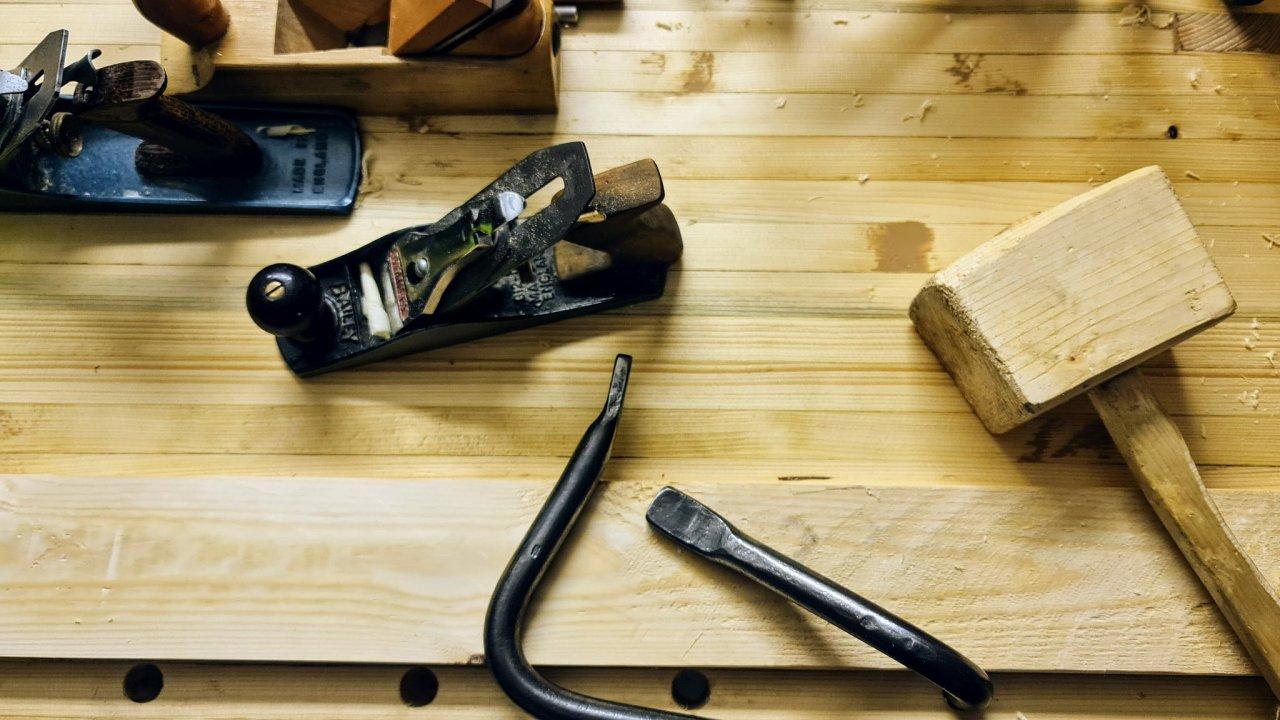 Pracovat se dřevem vás může naučit odborník nebo Youtube