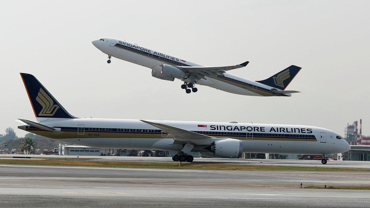 Airbus a Boeing jsou dvěma hlavními výrobci letadel. Na obrázku startující Airbus A330 (vzadu) a pojíždějící Boeing 787 společnosti Singapore Airlines.
