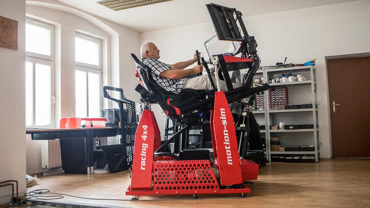 """Herní simulátor Motion-sim váží přes 300 kilo a stojí kolem 600 tisíc. V jeho """"kokpitu"""" na snímku sedí Miloslav Pátek, hlavní konstruktér."""