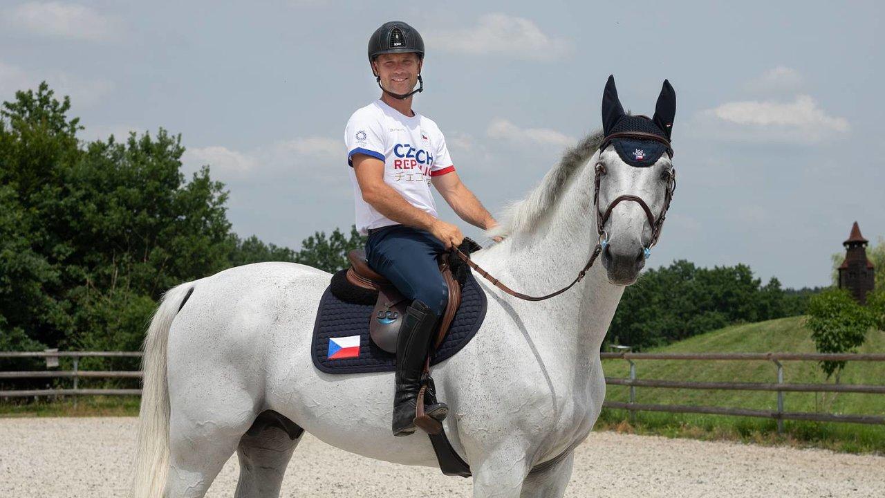 Že je bílý hřebec Cento Lano kůň, se kterým chce závodit, si byl Ondřej Zvára jistý odchvíle, kdy ho před čtrnácti lety spatřil. Rok nato se dali dohromady aodté doby jezdí parkur spolu.