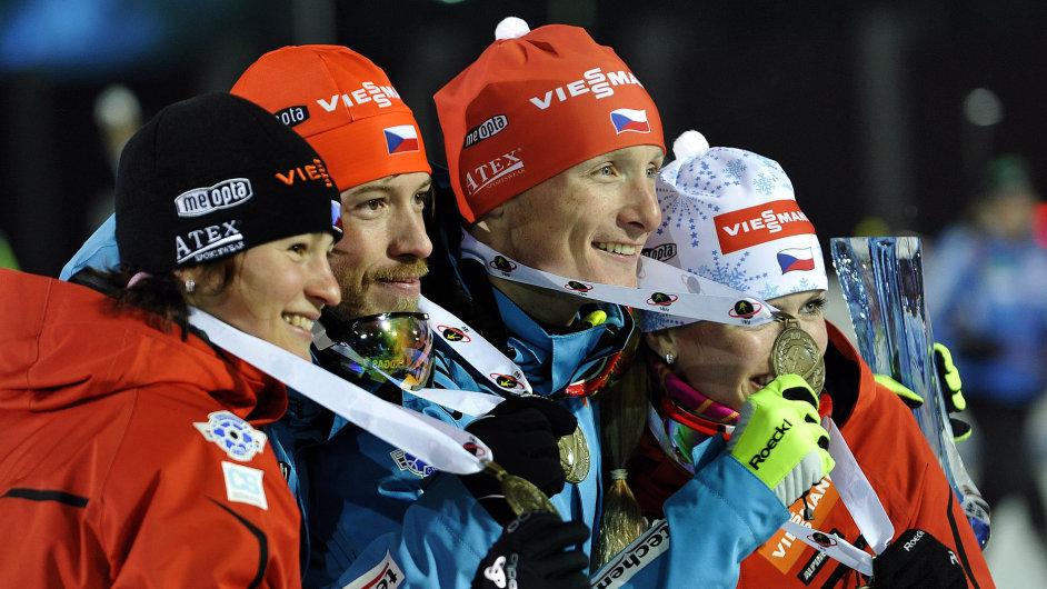 Česká štafeta, zleva Veronika Vítková, Ondřej Moravec, Jaroslav Soukup a Gabriela Soukalová s bronzovými medailemi