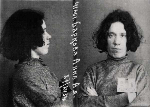 Fotografie Anny Barkovové při zatčení.