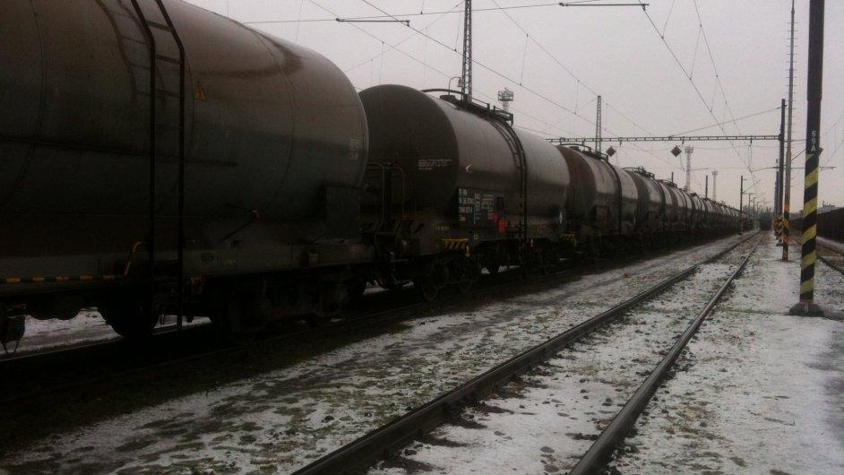 Zabavený nákladní vlak s cisternami s naftou na nádraží v Pardubicích.