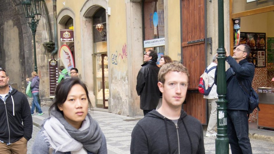 Mark Zuckerberg u Karlova mostu v Praze