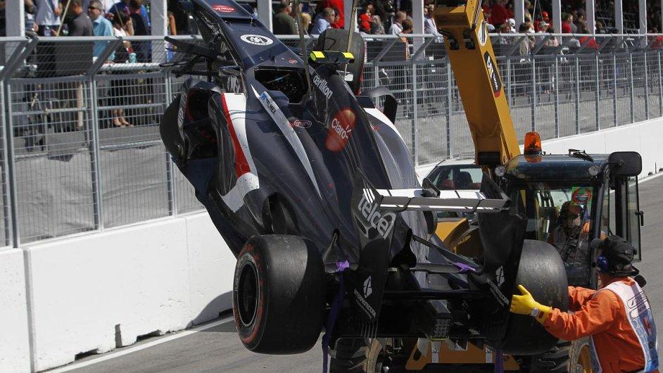 Odklízení havarovaného vozu Estebana Gutiérreze