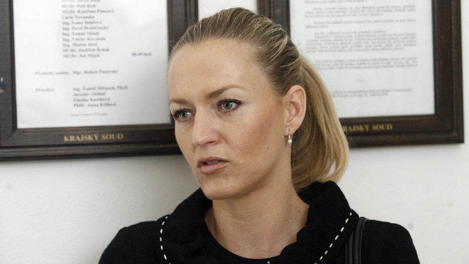 Johana Novotná u soudu s Davidem Rathem