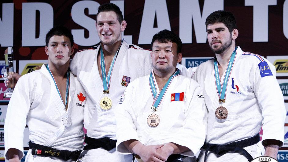 Vítězný Lukáš Krpálek (druhý zleva), stříbrný Kyle Reyes (vlevo) a bronzoví Naidan Tüvšinbajar a Cyrille Maret