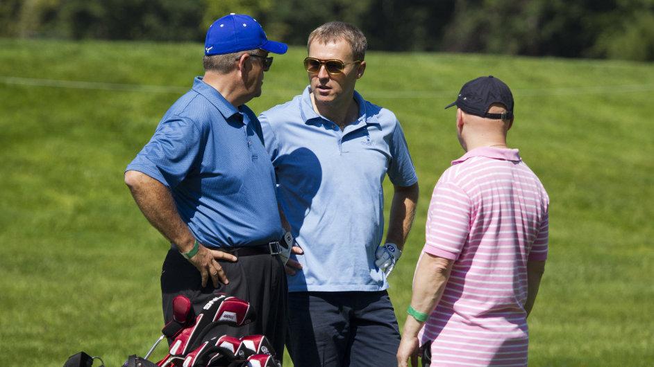 Lobbistu Vladimíra Johanese (vlevo) se na veřejnosti podaří vyfotografovat jen málokdy. Jednou z výjimek je série snímků z golfového turnaje Czech Open PRO-AM 2011 v Čeladné. Uprostřed Martin Roman, v