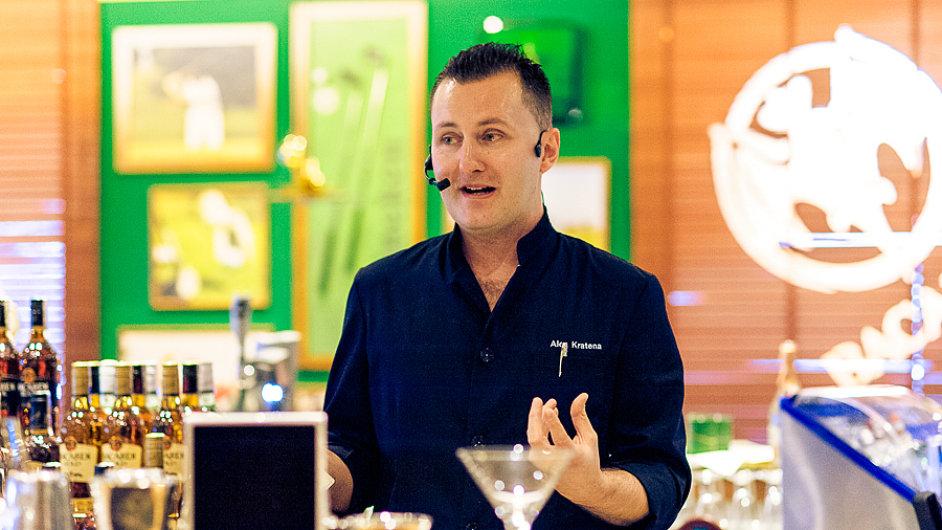 Alex Kratěna při prezentaci koktejlů