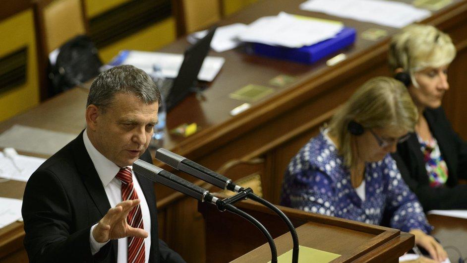Ministr zahraničí Lubomír Zaorálek u řečnického pultu sněmovny.