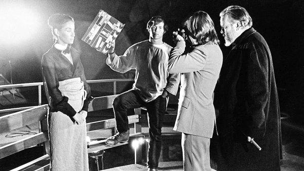 Zleva Oja Kodarová, Frank Marshall, Gary Graver a Orson Welles při natáčení