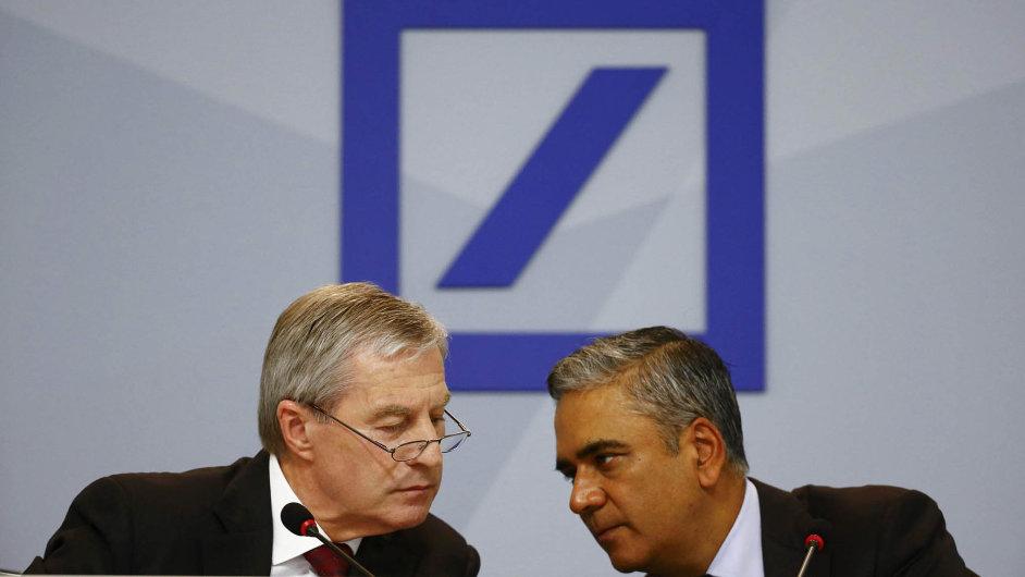Šéfové. Výkonní ředitelé Deutsche Bank Anshu Jain (vpravo) a Jürgen Fitschen oznámili ve Frankfurtu, že jejich banka oseká náklady, aby zvýšila svou ziskovost.