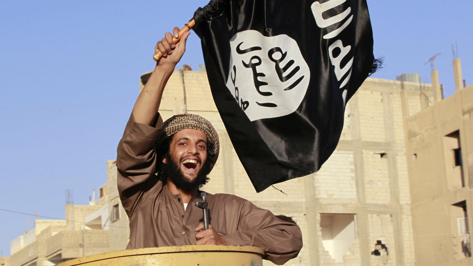 Militantní islamista s vlajkou ISIS.
