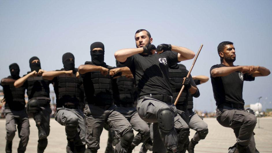 Palestinští policisté loajální s hnutím Hamás v Gaze demonstrovali své schopnosti.