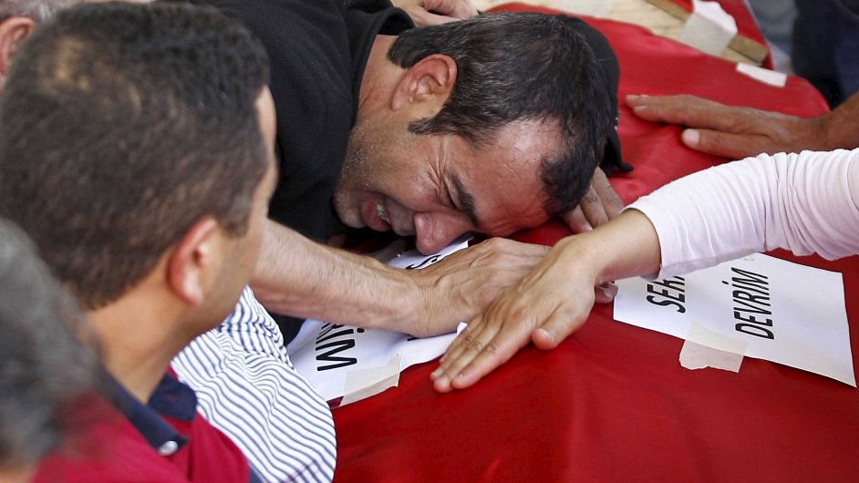 Pozůstalí truchlí nad obětmi pondělního útoku ve městě Suruç v Turecku.