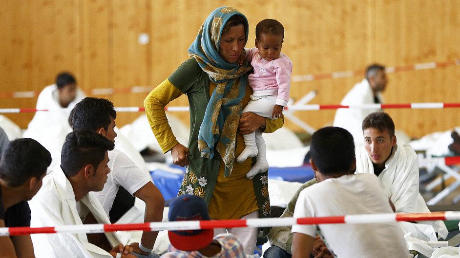 Uprchlíci čekají v Německu na registraci. Tisíce migrantů přešly v uplynulých týdnech hranice mezi Rakouskem a Německem.