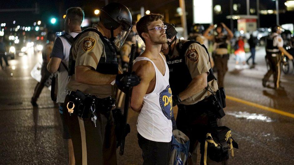 Policie zatýká demonstranty v americkém Fergusonu při protestech 10. srpna.