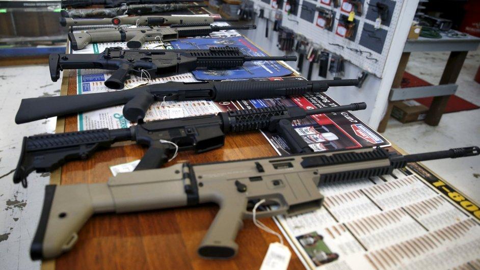 Zbraně v obchodě v Roseburgu, kde tento týden zemřelo devět lidí.