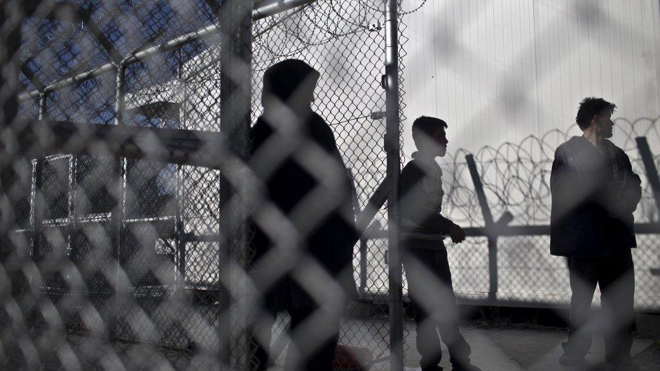 Lidé zůstali kvůli stávce lodní dopravy v uprchlickém táboře na ostrově Lesbos.