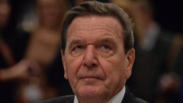 Gerhard Schr�der zkritizoval Merkelov� migra�n� politiku.