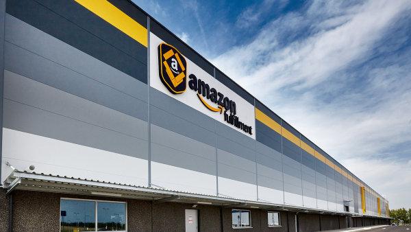 Distribu�n� centrum Amazonu v Dobrov�zi u Prahy.