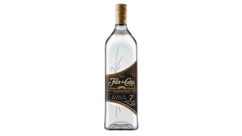 """Rum je vodojasný. Právě napětí mezi barvou a aromatickými a chuťovými vlastnostmi je to, co k tomuto """"albínovi"""" kategorie zrajících rumů přitahuje pozornost."""